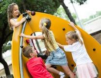 Enfants jouant sur le terrain de jeu urbain Photographie stock