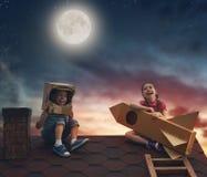 Enfants jouant sur le toit Photographie stock libre de droits