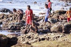 Enfants jouant sur les roches Photo libre de droits