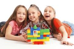 Enfants jouant une maison de jouet photo stock