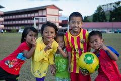 Enfants joyeux à un stade dans Tanah Rata, Cameron Highlands Photographie stock libre de droits