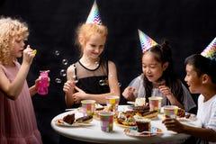 Enfants joyeux appréciant le temps pendant la fête d'anniversaire photos stock