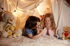 Enfants joyeux jouant dans la tente de jouet Image libre de droits