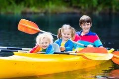 Enfants kayaking sur une rivière Photo libre de droits