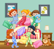 Enfants à la soirée pyjamas Image libre de droits