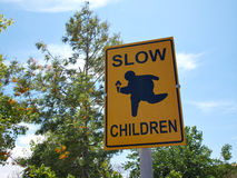 Enfants lents à la plaque de rue de jeu Photos libres de droits