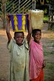 Enfants libériens portant l'eau