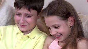 Enfants lisant le livre intéressant, plan rapproché banque de vidéos