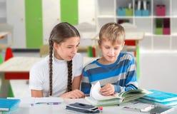 Enfants lisant un livre Images libres de droits