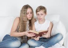 Enfants lisant un livre Photographie stock