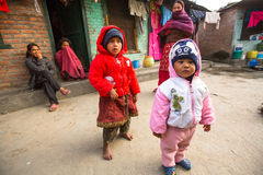 Enfants locaux non identifiés près de leurs maisons dans un secteur pauvre de la ville photos libres de droits