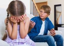 Enfants malheureux ayant le combat sérieux Image stock