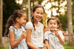 Enfants mangeant de la glace Photos libres de droits