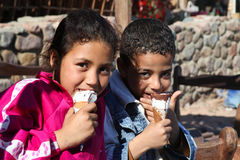 Enfants mangeant de la glace photo stock