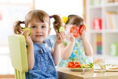 Enfants mangeant de la nourriture saine dans le jardin d'enfants ou à la maison Photo libre de droits