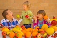 Enfants mangeant des fruits Image libre de droits