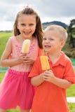 Enfants mangeant des glaces à l'eau photo libre de droits