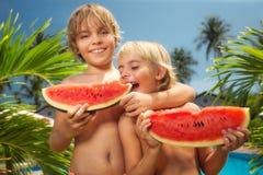 Enfants mangeant des pastèques Photo stock