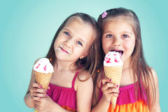 Enfants mangeant la crème glacée  Photo libre de droits