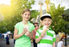 Enfants mangeant la crème glacée et les festins au carnaval photos libres de droits