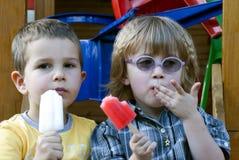 Enfants mangeant la crême glacée Image libre de droits