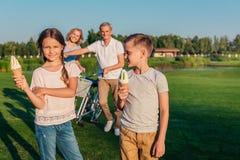 Enfants mangeant la crême glacée Photos stock