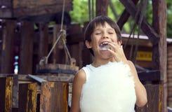 Enfants mangeant la sucrerie Image libre de droits
