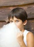 Enfants mangeant la sucrerie de coton Photos libres de droits