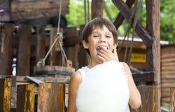 Enfants mangeant la sucrerie de coton Photographie stock libre de droits