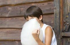 Enfants mangeant la sucrerie de coton Photographie stock