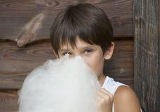 Enfants mangeant la sucrerie de coton Image stock