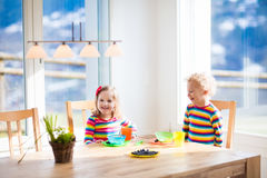 Enfants mangeant le petit déjeuner à la maison Fruit et lait pour des enfants Image stock