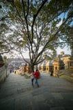 Enfants marchant autour du temple de Pashupatinath images stock