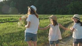 Enfants marchant de retour le long d'une route de campagne pour tourner leurs visages pour regarder étonné et joyeux banque de vidéos