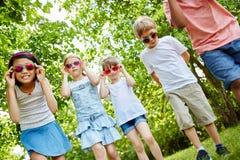 Enfants marchant en parc en été Images stock