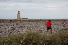 Enfants marchant par le phare au Portugal image stock
