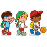 Enfants marchant pour jouer au basket-ball Images libres de droits