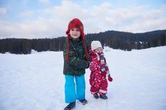Enfants marchant sur la neige Photos stock