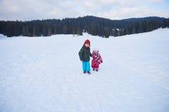 Enfants marchant sur la neige Images libres de droits