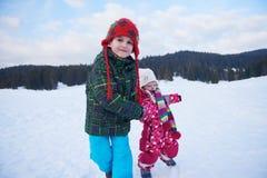 Enfants marchant sur la neige Photo libre de droits