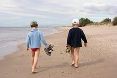 Enfants marchant sur la plage image stock