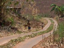 Enfants marchant sur la rue Photographie stock libre de droits