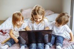 Enfants mignons à l'aide d'un ordinateur portable photos libres de droits