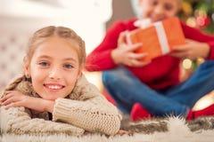 Enfants mignons appréciant des cadeaux de Noël Photographie stock libre de droits