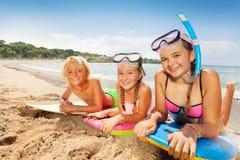 Enfants mignons appréciant le soleil sur la plage sablonneuse Photos stock