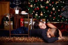 Enfants mignons attendant des cadeaux de Noël image stock