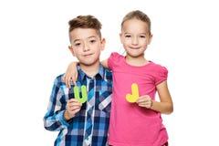 Enfants mignons avec de grandes lettres colorées d'alphabet sur le fond blanc Concept d'orthophonie d'enfants Fond d'empêchement  photos stock