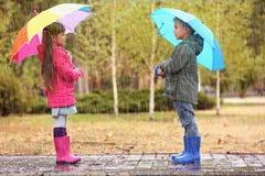 Enfants mignons avec des parapluies Image stock