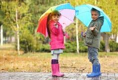 Enfants mignons avec des parapluies Photographie stock