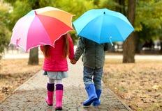 Enfants mignons avec des parapluies Images libres de droits